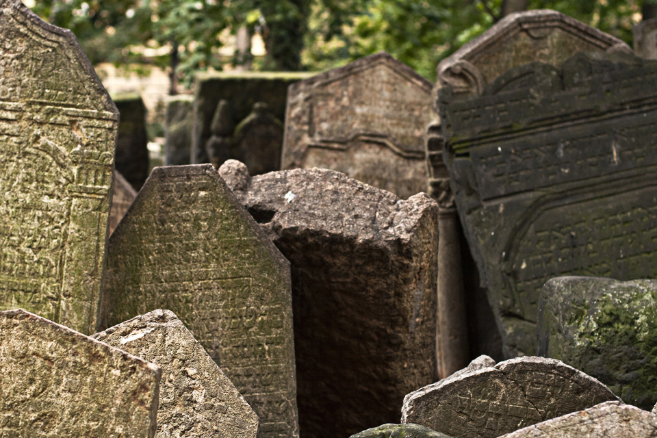 3_Graves-Old-Jewish-Cemtery-Prague