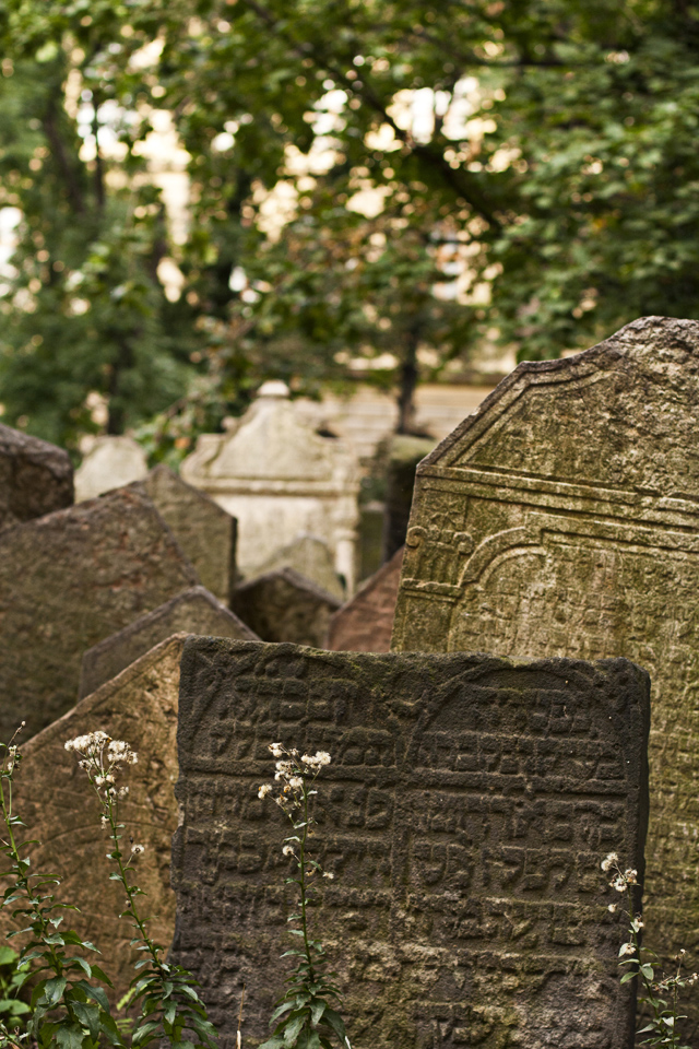 4_Graves-Old-Jewish-Cemtery-Prague