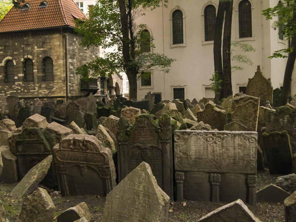 6_Graves-Old-Jewish-Cemtery-Prague