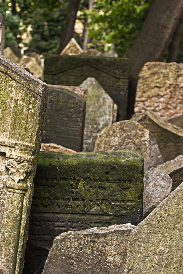 7_Graves-Old-Jewish-Cemtery-Prague