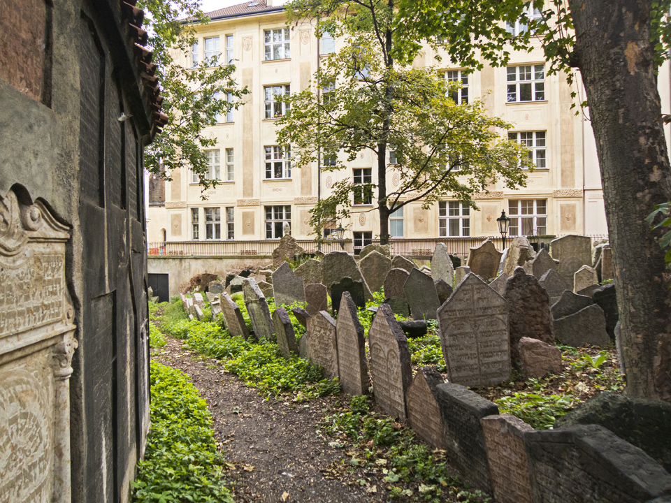 8_Path-Old-Jewish-Cemetery-Prague