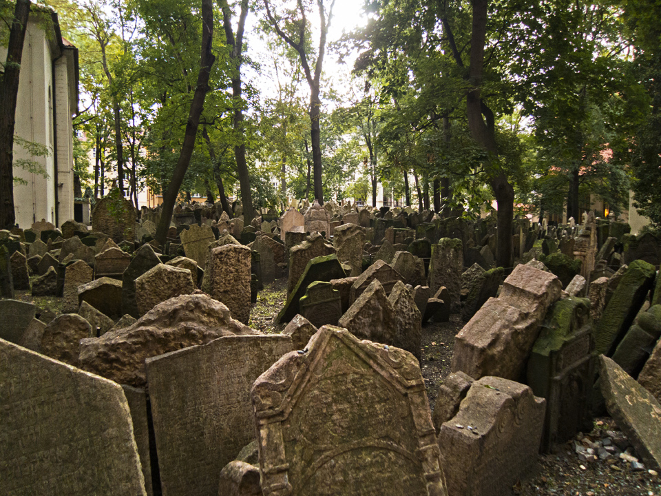 9_Graves-Old-Jewish-Cemetery-Prague