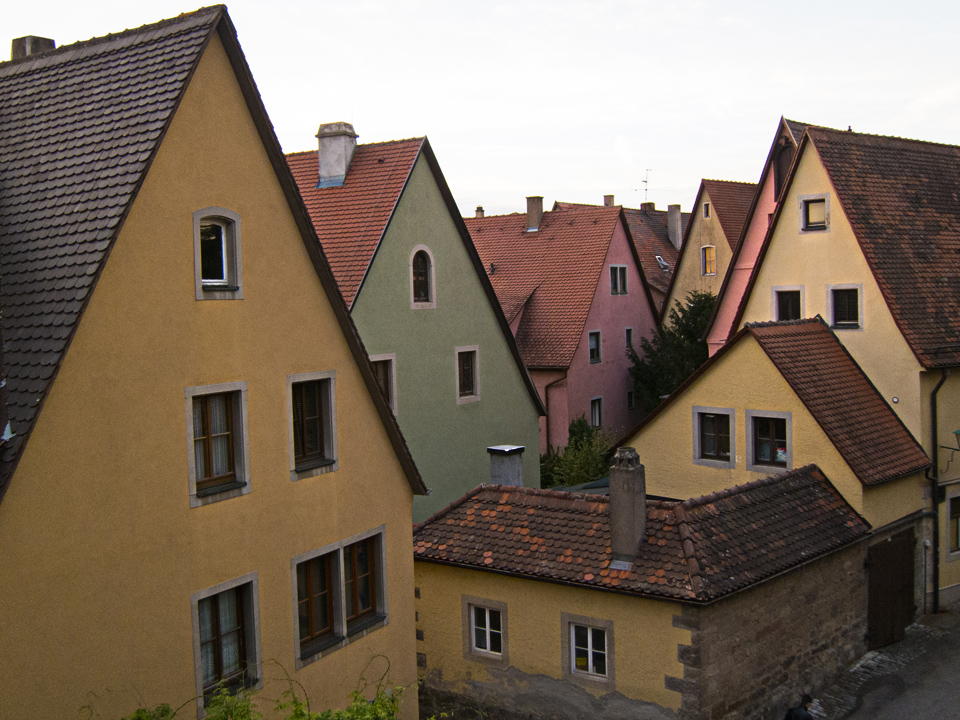 23_Pink-yellow-green-houses-Rothenburg-ob-der-Tauber